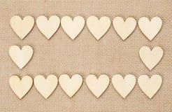 Деревянные сердца на гессенской предпосылке текстуры, предпосылке валентинки Стоковая Фотография RF