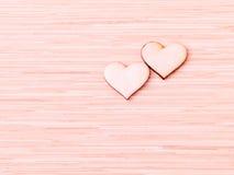 Деревянные сердца на деревянной предпосылке Стоковые Изображения RF