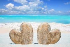Деревянные сердца на пляже Стоковые Фото