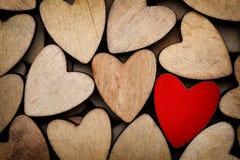 Деревянные сердца, одно красное сердце на предпосылке сердца Стоковое фото RF