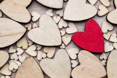 Деревянные сердца, одно красное сердце на предпосылке сердца Стоковая Фотография RF