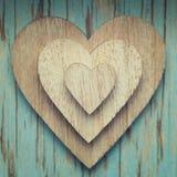 Деревянные сердца na górze одина другого на backgr года сбора винограда бирюзы Стоковые Изображения RF