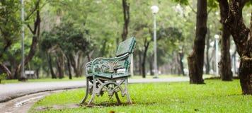 Деревянные скамейка в парке и утюг на парке Стоковые Изображения RF
