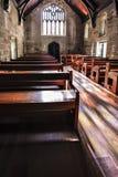 Деревянные скамьи старой каменной церков стоковые изображения
