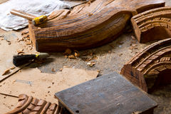 Деревянные скульптуры и инструменты работы на мастерской восстановления на святилище правды, Таиланде Стоковые Фотографии RF