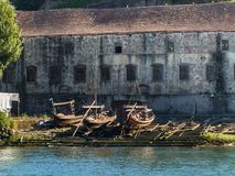 Деревянные стапель и шлюпки Rabelo на банке реки Дуэро - Стоковое Изображение