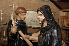 Деревянные статуи - монахи в монастыре стоковые изображения rf