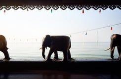 Деревянные статуи слона на тропическом курорте стоковое изображение rf