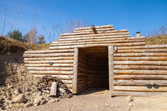 Деревянные стена и открыть дверь традиционной подземной сауны Стоковые Фотографии RF
