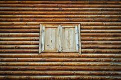 Деревянные стена и штарки журнала стоковое изображение rf