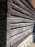 Деревянные стены журнала на внешнем угле, на каменной подбетонке к сельскому дому, музей деревни, Бухарест стоковые фото