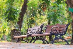 Деревянные стенды с рамкой литого железа в парке стоковое изображение rf