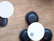 Деревянные столы взгляда сверху и кожаные стулья на поле стоковое фото