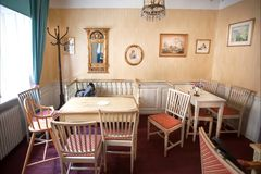 Деревянные столы и стулья без посетителей в классическом внутреннем кафе внутри старого дома Стоковая Фотография RF