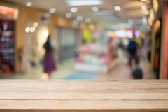 Деревянные стол и торговый центр Стоковая Фотография RF