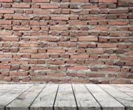 Деревянные столешница и предпосылка Brickwall Стоковая Фотография