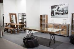 Деревянные столы и полки на дисплее на HOMI, выставке дома международной в милане, Италии Стоковая Фотография RF
