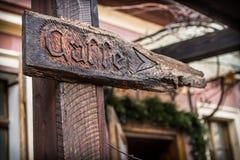 Деревянные стрелки шильдика и направления к кофейне Стоковое Изображение