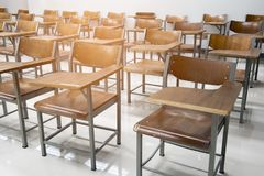 Деревянные стулья в классе стоковая фотография