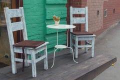 Деревянные стулья в ретро стиле кафа улицы Стоковая Фотография