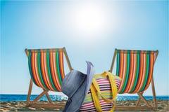 Деревянные стулья шезлонга на песчаном пляже Стоковые Изображения RF