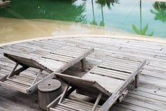 Деревянные стулья встают на сторону бассейн Стоковое Фото