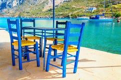 Деревянные стулья в классическое греческое resturant, Греция Стоковое фото RF