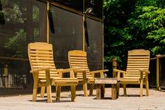 Деревянные стулья на обработанной палубе пиломатериала Стоковое фото RF