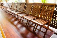 Деревянные стулья складчатости на деревянном поле Стоковая Фотография