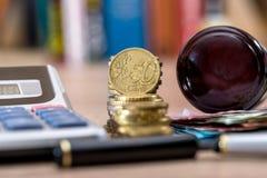 Деревянные счеты евро молотка, монетка евро Стоковое Изображение RF