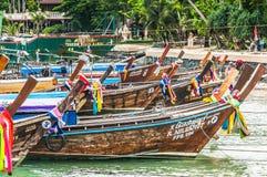 Деревянные тайские шлюпки приближают к границе острова phiphi в Таиланде Стоковая Фотография RF