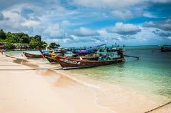 Деревянные тайские шлюпки приближают к границе острова phiphi в Таиланде Стоковое Изображение