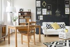 Деревянные типы мебели делают это место стильный Стоковая Фотография