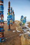 Деревянные тотемы шамана с лентами Стоковая Фотография