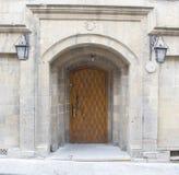 Деревянные традиционные старые дверь и стена Стоковые Фото