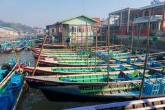 Деревянные туристские шлюпки на озере Inle, Мьянме (Бирма) Стоковое Изображение