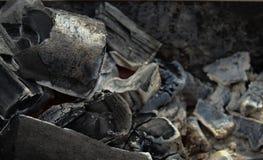 Деревянные угли в конце-вверх гриля стоковые фотографии rf