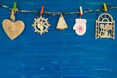 Деревянные украшения рождества и света рождества на голубой деревянной предпосылке Стоковое фото RF