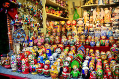 Деревянные украшения matrioshka для продаж Русские куклы Стоковые Изображения RF