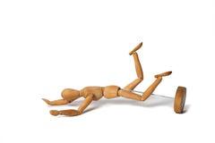 Деревянные думмичный бег и падение на землю изолированную над белым Backgrou Стоковое Изображение