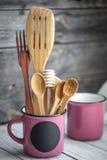 Деревянные утвари кухни в чашке стоковое изображение rf