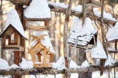 Деревянные фидеры птицы, дома на дереве в лесе зимы Стоковая Фотография RF