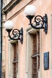 Деревянные фонарики Windows круглые на старой стене здания Стоковое фото RF