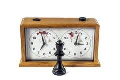 Деревянные часы шахмат изолированные на белой предпосылке, черном короле stan стоковые изображения rf