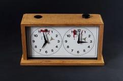 Деревянные часы шахмат изолированные на черноте стоковые фото