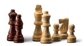 Деревянные шахматные фигуры на белой предпосылке Стоковое Фото