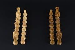 Деревянные шахматные фигуры на черной предпосылке Стоковое Изображение