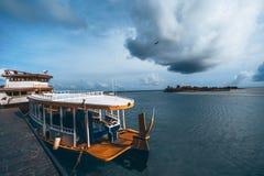 Деревянные шлюпки в заливе, Мальдивы стоковые изображения rf