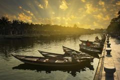 Деревянные шлюпки на реке Bon Thu стоковая фотография rf