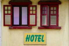 Деревянные штарки окна и знак гостиницы стоковые фотографии rf